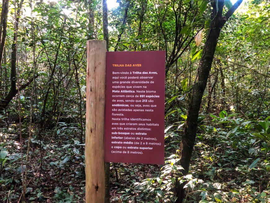 placa de entrada para a trilha das aves