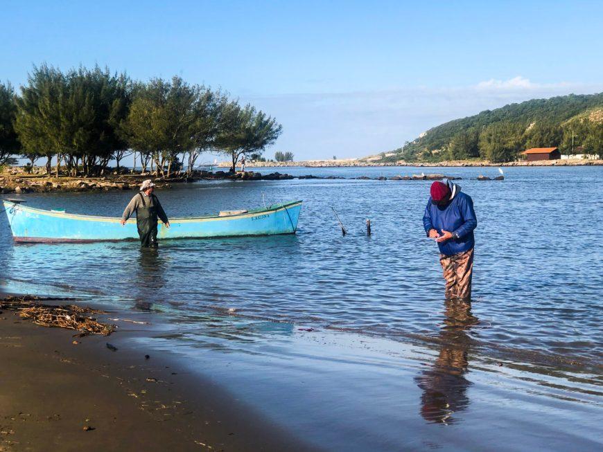 pescadores de laguna amigos dos botos