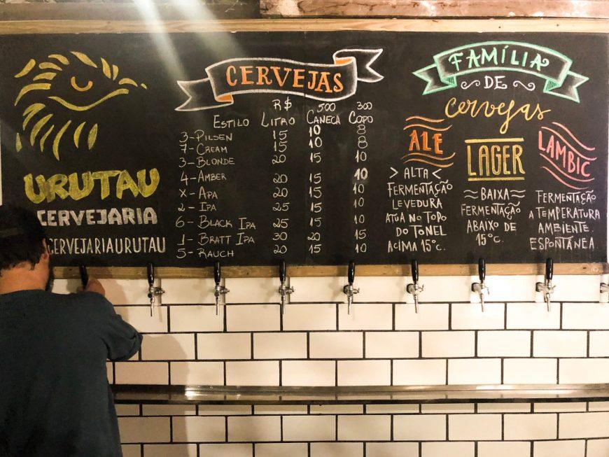 Painel de torneiras com vários tipos de cerveja