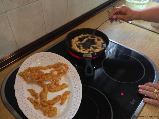 Moviendo los buñuelos en la sartén