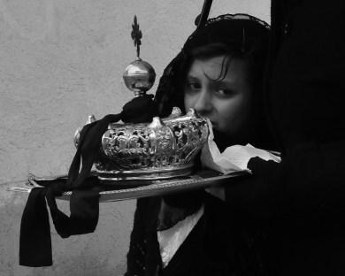 """Quando si suol dire che la tradizione """"non conosce tempo""""... Processione del Venerdì Santo, Vallata, tra i 3° ed i 5°, cade impietosa una fitta pioggia mista a neve, tempo da piumoni e cioccolate calde davanti ai camini... Nonostante ciò a sfilare tra le strade nei costumi e negli abiti tradizionali ci sono anche bambini e bambine, stretti ai genitori, con il volto rotto da una smorfia per il freddo..."""