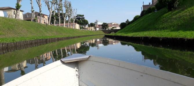 In barca sul fossato delle mura