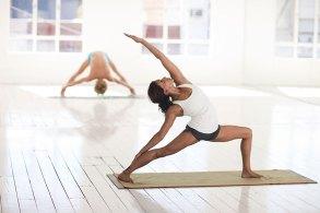 ヨガで柔軟体操をする女性