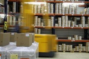 倉庫を高速で走る荷物用リフト