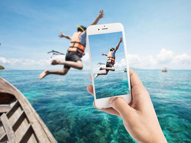 海にダイブする姿をスマホで撮影する