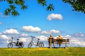 青空とベンチと自転車