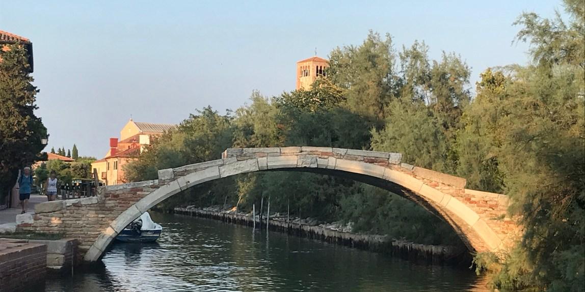 Torcello, è tra le isole isole più misteriose della laguna di Venezia. Suggestivo il ponte del diavolo, surreali le passeggiate a pelo d'acqua lungo i suoi canali, strepitose le ville con immensi ettari di giardino. Torcello è uno straordinario mondo che si rivela al nostro passaggio.