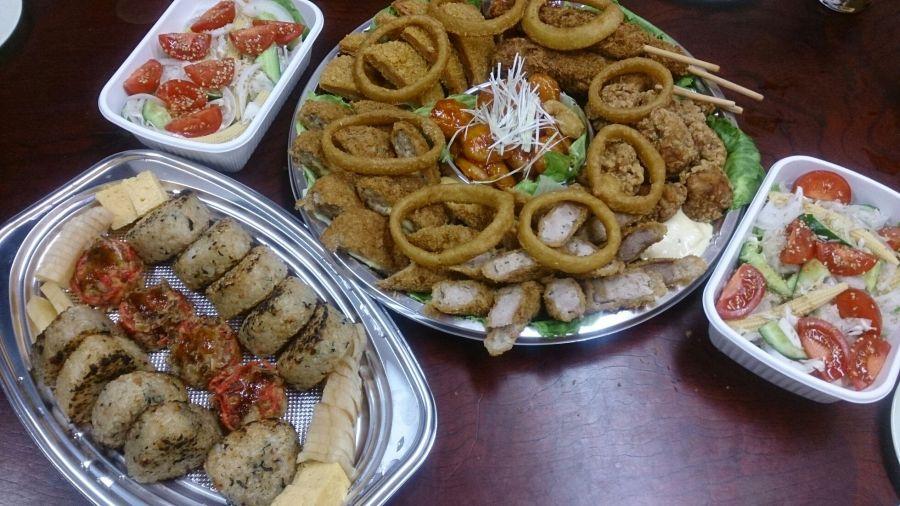 食事(揚げ物やサラダ)