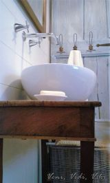 Antik asztalka tartja a mosdótálat