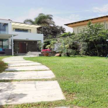 Bella casa con piscina con varios ambientes