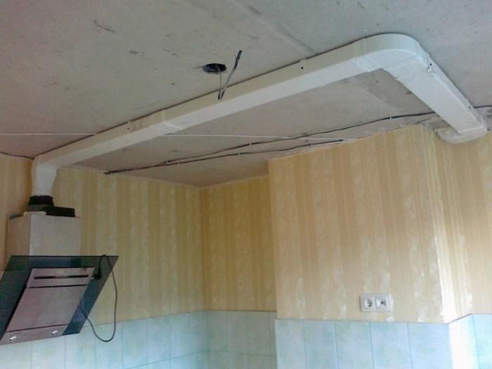 Плоский вентканал из пластика помещается за подвесным потолком