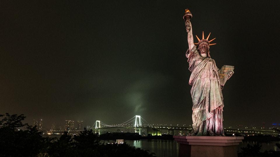 statue de la liberté tokyo by night