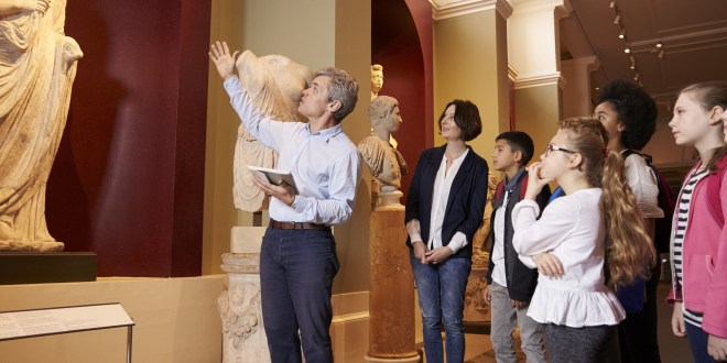 10 Essential Qualities to Look for in a Professional Tour Guide