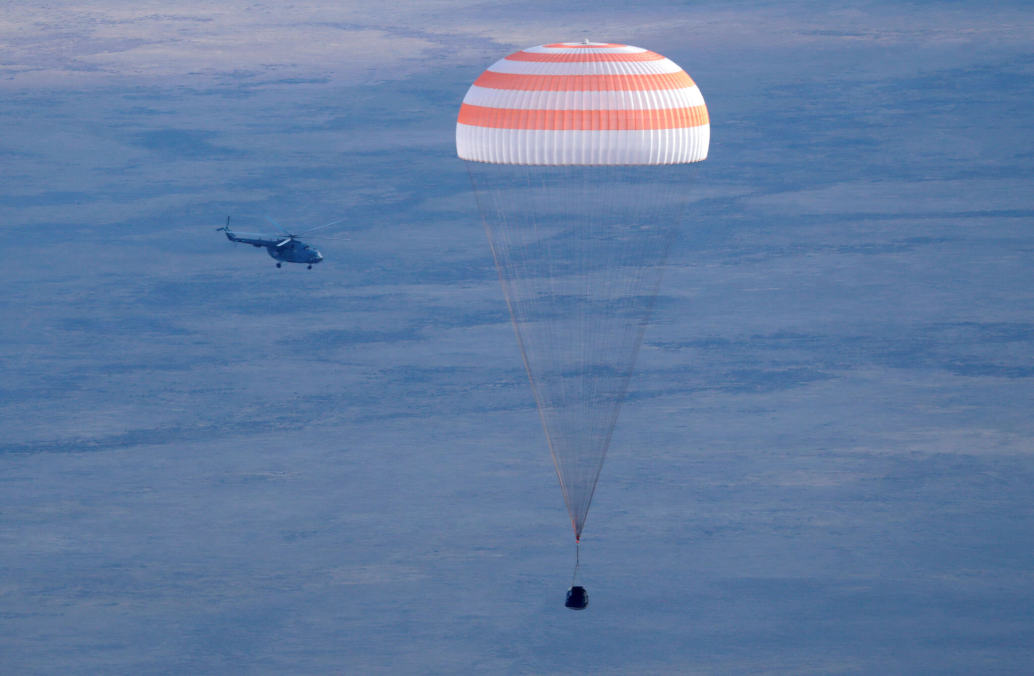 A Russian Soyuz MS space capsule carrying International Space Station (ISS) crew members, Kate Rubins of the U.S., Anatoly Ivanishin of Russia and Takuya Onishi of Japan, descends outside the town of Dzhezkazgan (Zhezkazgan), Kazakhstan, October 30, 2016. REUTERS/Dmitri Lovetsky/Pool
