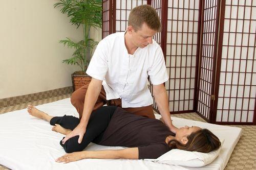 masaj thailandez - rasucirea coloanei vertebrale in pozitia culcat
