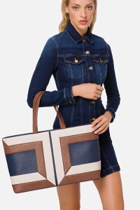 ELISABETTA FRANCHI FAUX LEATHER TOTE WOMAN HANGING ON HER ARMS A TOTE SHE IS DRESSED WITH A BLUE DENIM DRESS