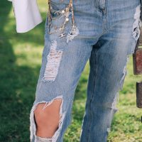 Vera Gallardo international blogger for sustainable fashion and beauty wearing distressed blue jeans