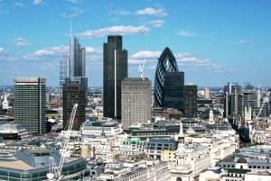 U londonskom Sitiju je koncentrisana ogromna finansijska moć koja se ogleda u prisustvu svih najvećih svetskih banaka, oko 500, i jednoj od najmoćnijih berzi