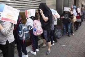 Kinezi se zbog sramote kriju dok cekaju u redu za besplatni Mek