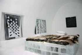 Crno-beli posteri na zidovima soba Ledenog hotela