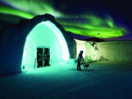 Ledeni hotel i polarna svetlost