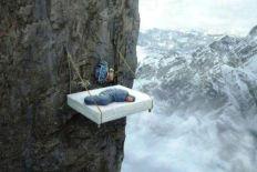 Krevet okacen na litici