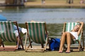Odmor i sunčanje kraj jezera Serpentine u Hyde Parku
