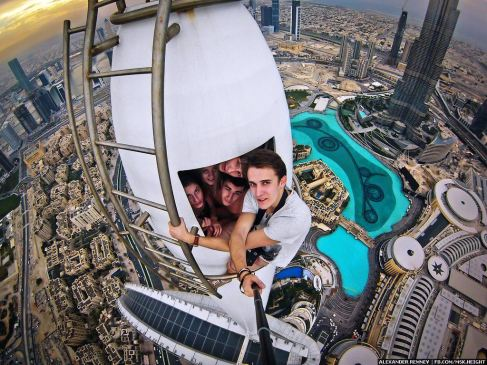 Daredevil Alexander Remnev also made it to the top of the 345-meter-high Torch Tower (Dubai Marina)