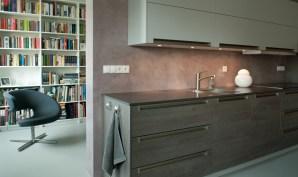 Keukenwand in VERBAU-betonstuc #24: roze graniet.