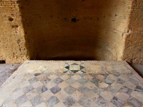 La vasca doccia del tepidarium con parte di opus sectile - The shower of the Tepidarium with remains of opus sectile floor