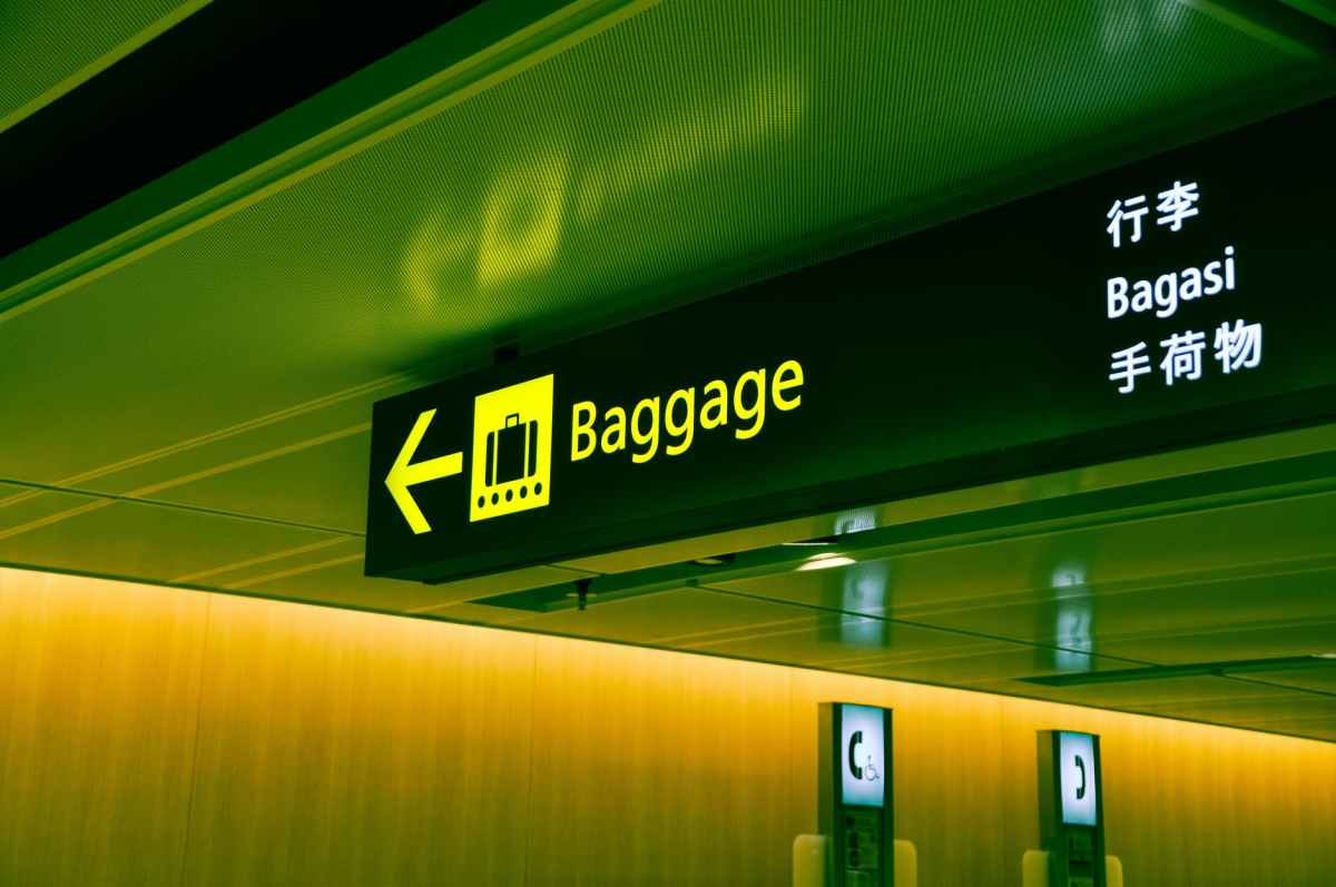close up photo of baggage sign