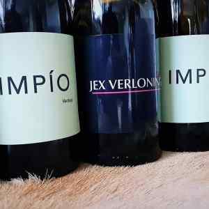 Eigen logo op een wijnfles