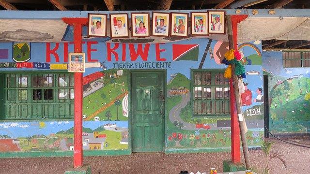 En la Yet Wala se exhiben los retratos de los gobernadores que ha tenido Kitek Kiwe. El de Enrique Fernández se encuentra en el centro. Foto: VerdadAbierta.com.