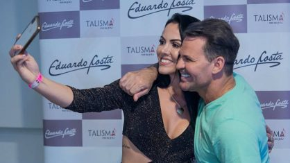 Ana Paula que tirou foto com Eduardo Costa é esposa do secretário geral do município e segundo moradores também estaria no camarim na hora 'barulho'.