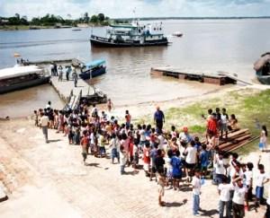 Niños y adultos a la espera del barco