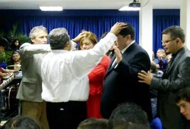 El apóstol Alberto Delgado ungiendo a los pastores Noriega en el C.C. casa de Vida
