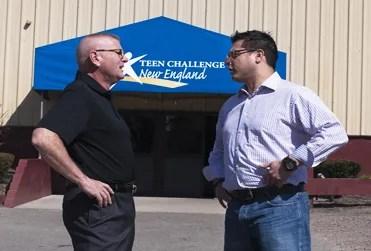 Ricca junto al pastor Rodney Hart, en las oficinas de Teen Challenge