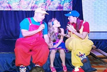 Los Pipos cantándole al Señor junto a María Juliana en el evento infantil