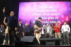 Los adoradores juntos en el escenario en un tiempo para Dios / MC