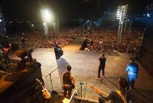 Pastor Javier Bertucci dirigió un mensaje renovador a los miles de jóvenes presentes / PM
