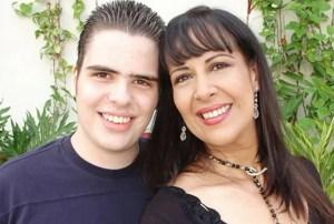 Mayra Alejandra junto a su hijo Aarón Salvador Pineda