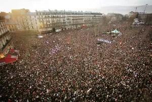 Miles de personas asisten a una vigilia en la Plaza de la Republica, centro de París y posteriormente a una multitudinaria manifestación contra el terrorismo, encabezada por decenas de líderes políticos mundiales / EFE.
