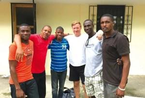 Allen (centro) junto a hermanos haitianos que hacen la obra con los niños / RA Facebook