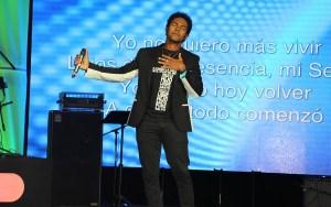 El cantante brasileño Thalles Roberto tuvo una animada participación durante uno de los conciertos de la noche.