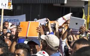 Cientos de cristianos se unieron para entregar las firmas en la Asamblea Nacional / Pablo González
