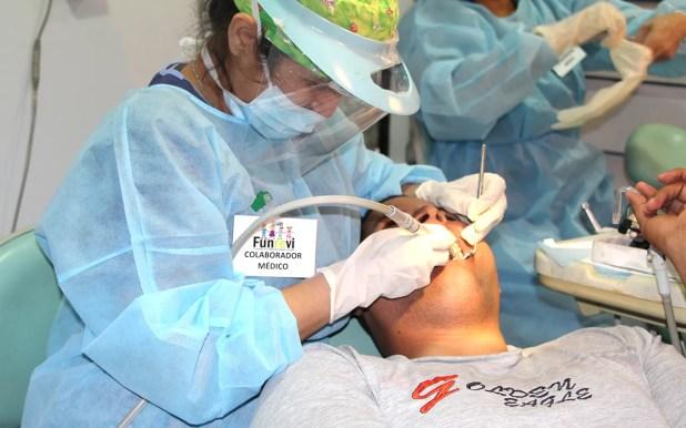 Un paciente siendo atendido en la unidad de odontología / VyV