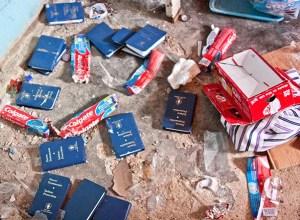 Durante la requisa, tras la evacuación, se encontraron ejemplares del Nuevo Testamento pertenecientes a los presos que habían entregado su vida a Cristo / Daniel Ramírez