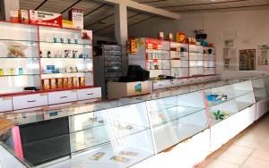 Los anaqueles de la Farmacia Dedioni en Punta de Piedras, muestran pocos productos y medicamentos, realidad que se vive en muchos expendios del país / VyV
