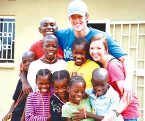 Los Kershaw junto a los niños que alberga la Casa de Esperanza en Zambia, África