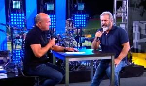 Mel Gibson habla con el pastor Greg Laurie durante el festival SoCal Harvest 2016